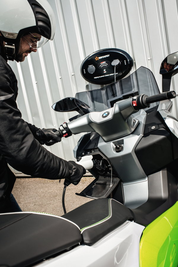 Срок службы аккумуляторов, установленных на BMW C evolution, – десять лет или 160 000 км пробега.