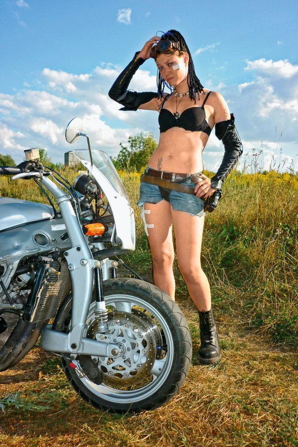 Конструкторы мотоциклов Elf использовали схему с поворотной ступицей и неподвижным рычагом. Мотоартелевцы же прибегли к более консервативной кинематике - но на алюминиевых технологиях, схожих с эльфовскими.